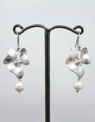 Elegant flower and pearl drop earrings