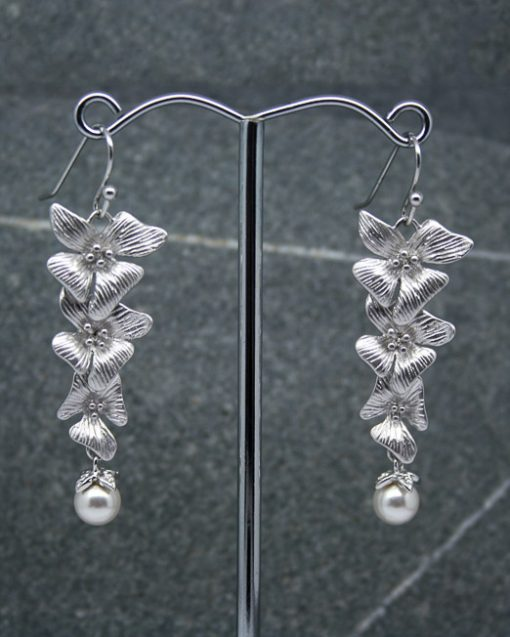 Hibiscus flower and pearl earrings