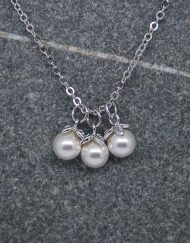 Three pearl drop necklace