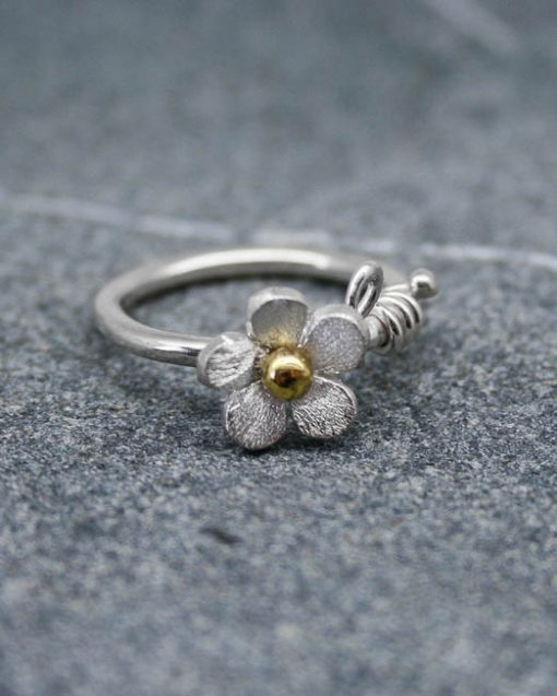 Silver single daisy ring with bead and vine
