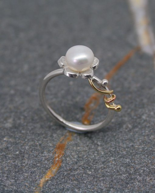 Sterling silver and pearl daisy ring with vine 1