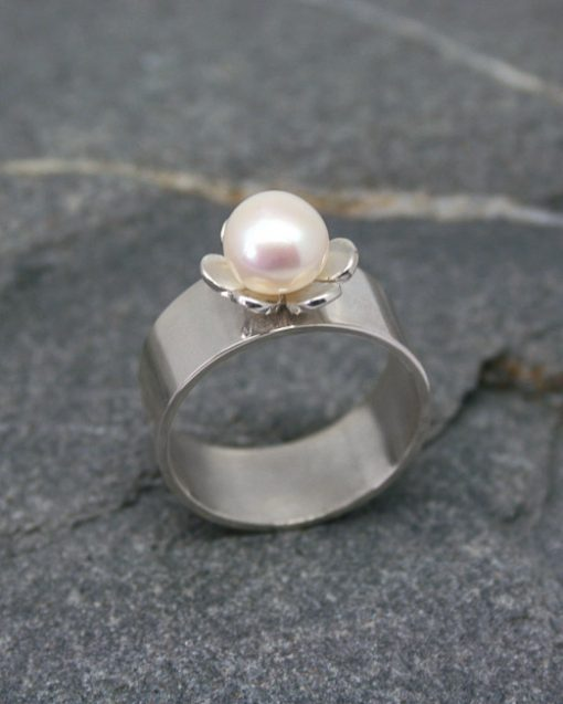 Wide sterling silver pearl and flower ring 4