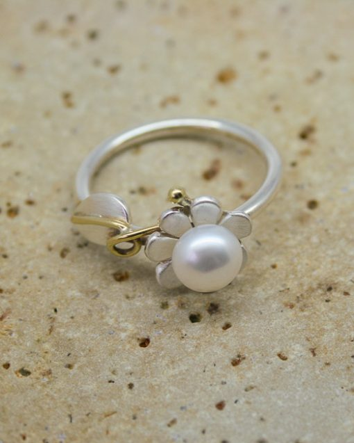 Silver and pearl daisy ring with leaf and vine